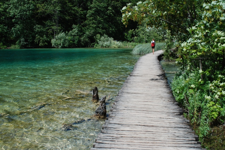 Wooden_path_along_the_lake_Galovac