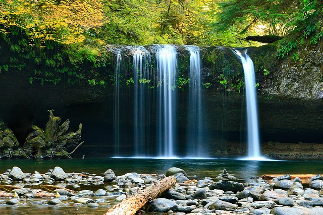 waterfall-802003_640.jpg